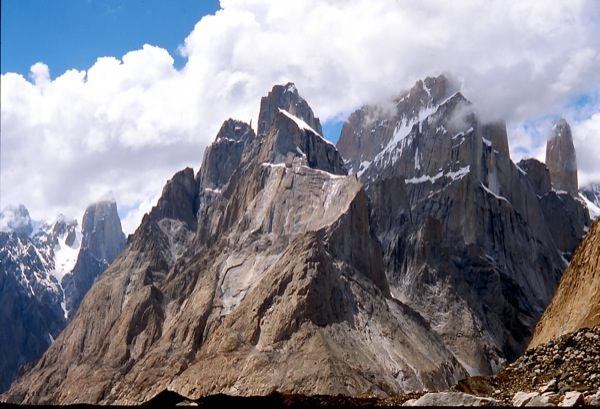 Uli Biaho Tower (6.083m), Trango Tower (6.257m) und Nameless Tower (6158m)